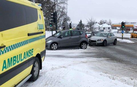 KOLLIDERTE: To biler var involvert i ulykken.