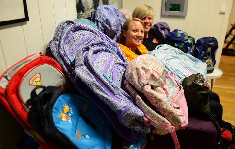 KLAR FOR SKOLESTART: Ida Myrvang og Kristine Rydningen fra Kirkens Bymisjon har samlet inn brukte skolesekker for å gi videre til barn og ungdom som trenger en ny sekk til skolestart.