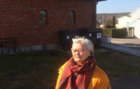 KLOKKETÅRN: Rett bak styreleder i St. Olavs borettslag, Kirsten Wroldsen, er det tenkt at det nye klokketårnet skal stå. Borettslaget klager på blant annet beliggenhet og høyde på tårnet.