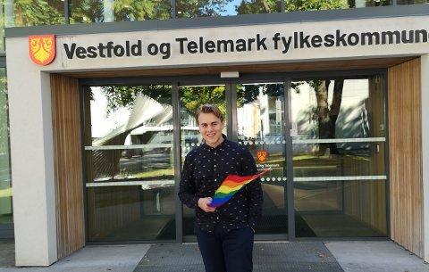 GLAD: Fylkespolitiker Fabian Wahl Sandvold (Ap) skulle gjerne sett Pride-flagget vaie ved begge fylkeshusene 19. september, men er tross alt glad for at fylkesordfører Terje Riis-Johansen (Sp) sa ja til å flagge i Skien under Grenland Pride.