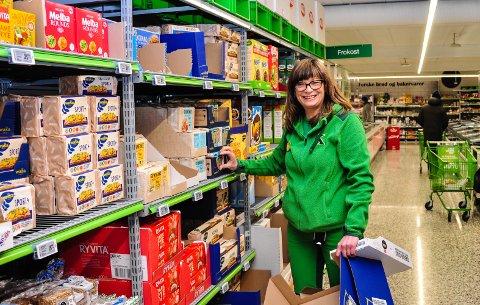 FORNØYD: Butikksjef Inger Lian ved Kiwi Råel er fornøyd med første dag med nedstengning har vært. (Bildet er tatt før det ble munnbindpåbud i Tønsberg)