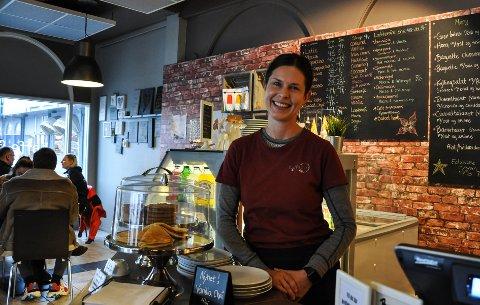 TROFASTE KUNDER: - Jeg har mange trofaste kunder som kommer igjen og igjen. Og så ser jeg stadig noen nye, det er fint, sierChristina O. Brenna som driver Kaffe & no' på Tolvsrød.
