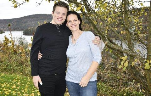 Står sammen: Anne Mette og sønnen Adrian er begge glade for at livet har falt på plass rundt dem igjen hjemme. Foto: Anne Dehli