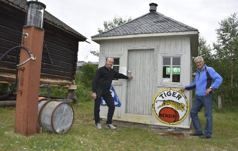 Rehabiliteres: Arne Bjørn Hoel i Norsk Indian Klubb (t.h.) og avdelingsleder for antikvarisk seksjon ved Valdresmusea, Odd Arne Rudi, håper at de vil lykkes med å gjøre bensinstasjonen på museet som i sin tid sto i sentrum av Fagernes, om til en tidsriktig Tiger-stasjon slik den var på 1920- til 1930-tallet.