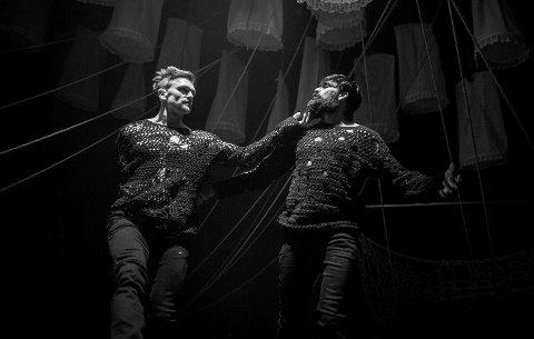 GESTR: Et samarbeidsprosjekt mellom Teater Innlandet og FRIKAR har resultert i danseforestillingen GESTR. Der inviterer Hallgrim Hansegård (t.v), Sudesh Adhana og Amina Sewali publikum inn til en forestilling om gjestfrihet.