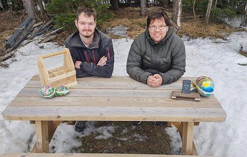 INTERESSE FOR TREARBEID: Odd Ivar Kirkeengen og Bjørn-Roger Kjørlien er naboar i Ryfoss og står bak facebooksida Snikkarbugutadn.