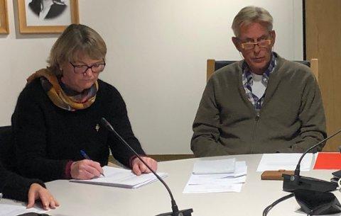FÅRSTØTTE:Daglig leder Åste Føllesdal Bråthen og styreleder Arnfinn Eduardsen kunne puste lettet ut etter det enstemmige vedtaket i generalforsamlinga for Gnistengruppen torsdag ettermiddag.