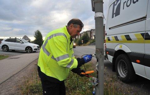 FEILSØKING:Tekniker fra Otera Traftec, som ikke vil si hva han heter, leter etter strømfeil torsdag morgen.