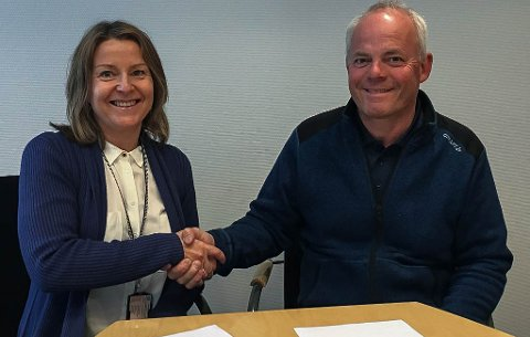 UNDERSKREV KONTRAKT: Seksjonsleder Elin H. Havik i Statens vegvesen og prosjektleder Jack Valleraune i Park og Anlegg AS signerte kontrakt 4. juli.