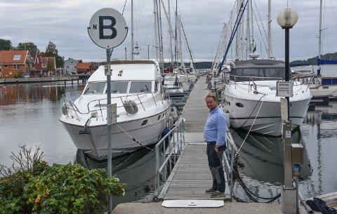 Det jobbes nå med vedlikehold på bryggene i småbåthavna. Allerede er flere plasser åpne, forteller havnesjef Roger Finstad.