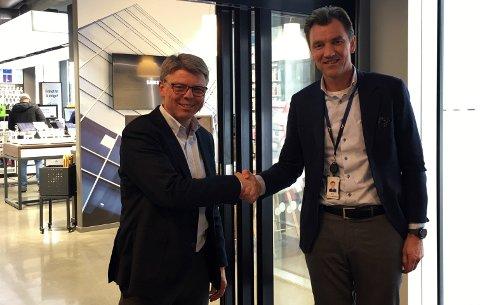 FORNØYD: Adm. dir. Sven O. Ingebretsen i Sergel Norge (t.v.) og finansdirektør Erik Gunset Sønsterud i Elkjøp Nordic er fornøyd med avtalen firmaene nå har inngått.