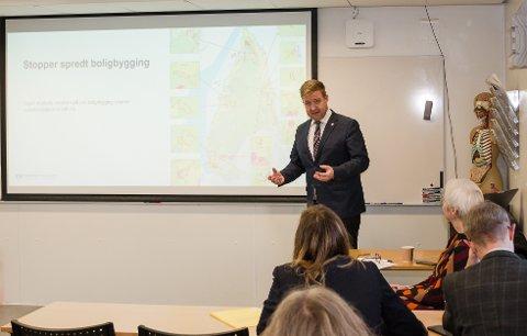 Klar tale: Nesoddens ordfører Truls Wickholm argumenterte sterkt for hvorfor kommunen vil ha en sentrumsutvikling i sør på Fagerstrand.