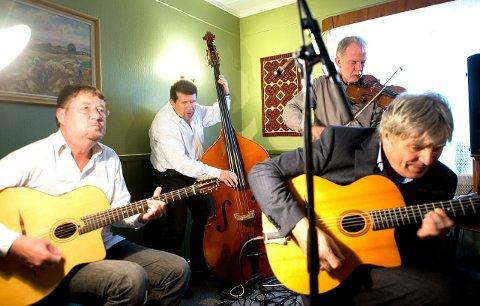 TIL TYNSET: Hot Club de Norvège kommer til Nystua i kulturhuset på Tynset lørdag. Fra venstre Per Frydenlund (gitar), Svein Aarbostad (bass), Finn Hauge (fele, munnspill og sag) og Jon Larsen (gitar).  Foto: Nils Kåre Nesvold
