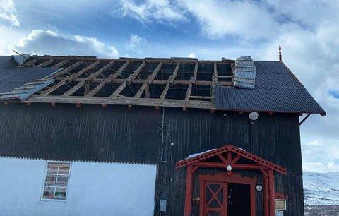 DELER AV TAKET FORSVANT: Det haglet takplater på Hjerkinn natt til onsdag.