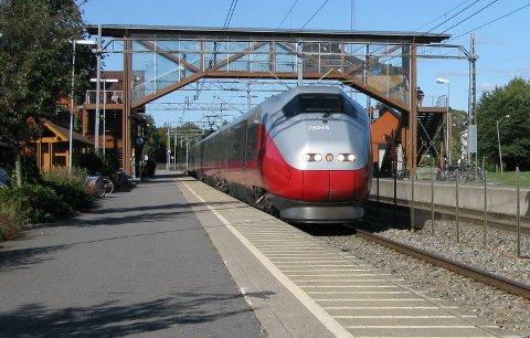 Jeg synes Ås-beboere bør begynne å ta Halden-toget og stoppe toget med nødbrems på Ås, skriver Jan Ketil Arnulf.
