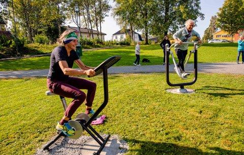 """I GANG MED TRENINGEN: Landskapsarkitekt Sille Winsnes har fått fart på sykkelen, mens rådmann Trine Christensen tar seg en «løpetur""""."""
