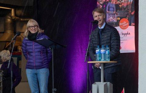 Imponert: Elisabeth Hurleen og Bent Aamotsmo henvender seg til Jeanne Hoseth Rosvold under sin tale for å fortelle at de er imponert over det hun får til.