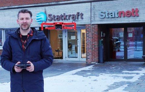 """Drone: Thomas Negård demonstrerer en av de mange """"leketøyene"""" sine."""