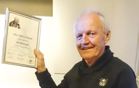 Æresmedlem: Olav Fismen med æresbevis fra Risør ro- og padleklubb.foto: Privat