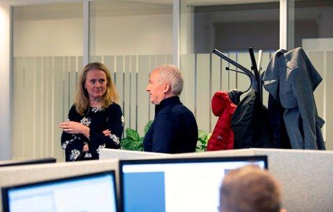 Magne Fladby forteller Anniken Hauglie hvordan innsatsteamet arbeider. Foto: ASD