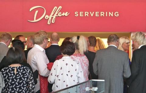 KØ: Kø ved serveringen er slik Doffen Kultursenterservering AS gjerne ville ha det. Resultatene fra 2016 til 2020 viser imidlertid at dette har vært et minusprosjekt for eierne.
