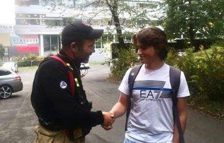 Emil (15) tar en imponert brannkonstabel i hånda etter han hadde forhindret en større brann på Grefsen. – I denne situasjonen måtte det et håndtrykk til, med god bruk av antibac både før og etter, skriver OBRE på Facebook.