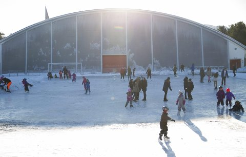 YRANDE LIV: Nordhordlandshallen er svært populær, året rundt. No har politikarane funne ut at det er behov ein ny hall i Knarvik.