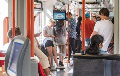 Fulle busser og bybaner bekymrer Skyss. De vurderer å sette inn flere vakter nattestid.