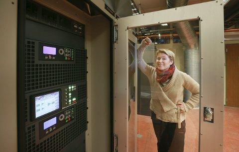 Framtiden: Kommunikasjonssjef i Digitalradio Norge, Mari Hagerup ved skapet hvor DAB-signalene sendes fra.