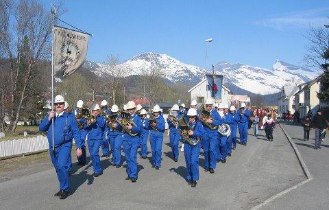 Spiller: NPC Musikkorps fortsetter å eksistere og å spille selv om det bare er to og en halv måned til Tysfjord blir historie. Dette bildet er fra 2006.