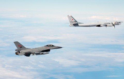 Scramble: Her er et norsk F-16 jagerfly sammen med et russisk strategisk bombefly under en uttrykning fra Bodø.