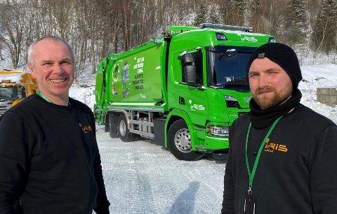 Sjåførene Frank Freding (t.v.) og Hallvard Kristensen er fornøyd med å kunne ta ny bil i bruk med en tidsriktig farge. I løpet av tre år vil alle de gule bilene til Iris Service bli erstattet med grønne biler.