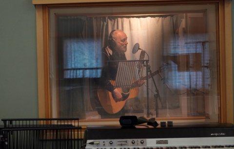 Halvdan Sivertsen under innspillingen i Bodøs Store Studio. Foto: Katrin Torsteinsen