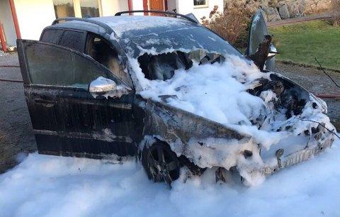 Bilen ble skumlagt av brannvesenet.