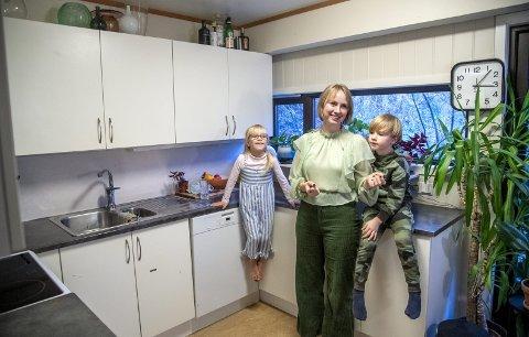 Student Maria Hatland Rosenlund (31) og barna Vera Fion (8) og Elliot (6) har bodd i Nattland studentby i fire år. FOTO: EIRIK HAGESÆTER