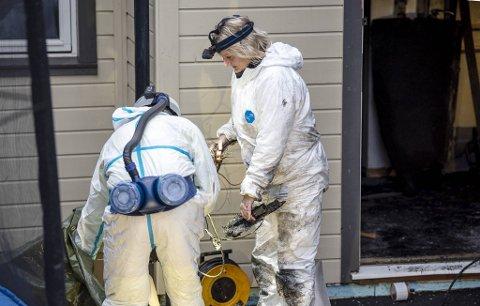 Det er tydelige brannskader på huset. Her bærer Sølvi Harjo fra Kripos ut ledninger.