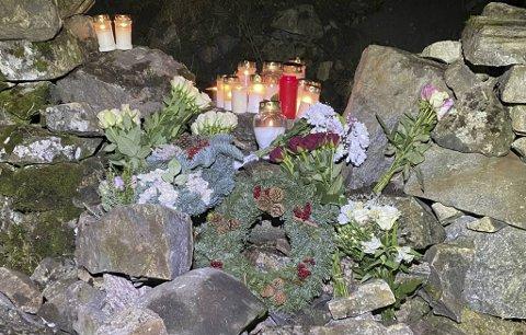 Det har strømmet til med lys og blomster på ulykkesstedet.