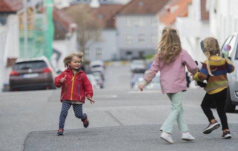 Fredrik (5, f.v.), Maja (6) og Amalie (5) storkoser seg i Tordenskjolds gate, som er 50-sone.