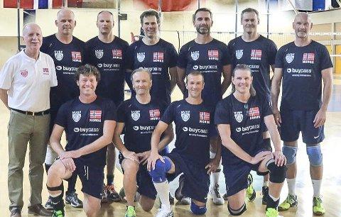 SØLVGUTTER: Eirik Rones (nummer to f.h. foran) og resten av det norske medaljelaget fra veteran-VM i Volleyball, som ble arrangert i Hellas.