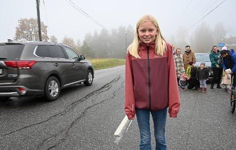 LIVSFARLIG: – Heggenveien er nå så dårlig at det er livsfarlig å sykle langs veien, og det er trist, sier Helen Lien-Ødeverp (13).