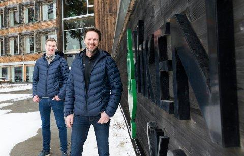 NY JOBB: Egil Granum (foran) og Bjørn Hugo Pettersen er ansatt som kommunikasjonsrådgivere i Viken Skog.