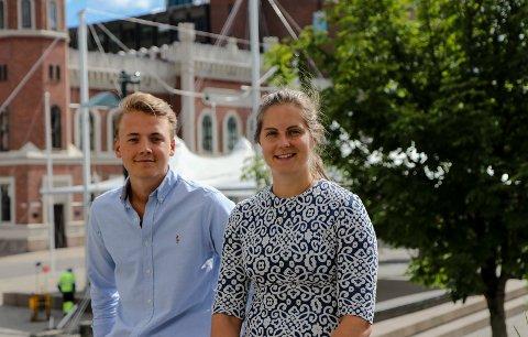 VIKAR: Student Johan Lindgren har sommerjobb i Handelsbanken Drammen. Oda Myhrvold hadde tidligere samme jobb, og er i dag fast ansatt.