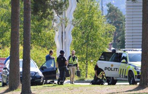 Flere vitner har sett en mann med et tohåndsvåpen i Skien fritidspark eller området rundt. Politiet ber folk holde seg unna.