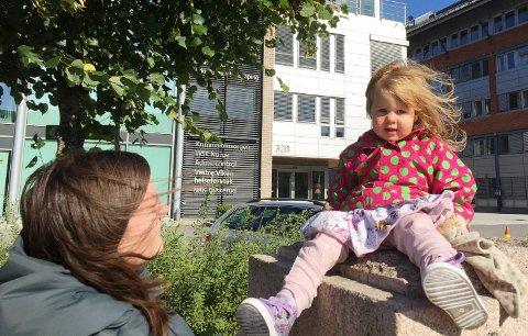 VIND I HÅRET: Therese(2) og mamma Kristin Odden lot seg ikke skremme av vinden, og gikk søndagstur på Grønland. - Det er bare gøy, sier mamma Kristin mens vinden blåser i håret. Therese hadde håpet at hun hadde en paraply slik at hun kunne fly som bestemor Skogmus i Hakkebakkeskogen.