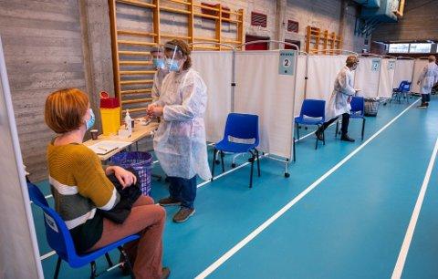 KASTET HUNDREVIS: Onsdag kastet Drammen kommune mellom 800 og 900 vaksinedoser.