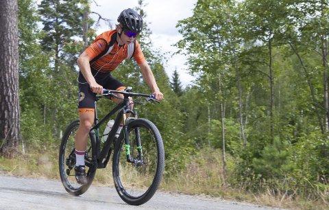 TØFF TRENING: Emil Ravnåsen Vangen forbereder seg til EM med intervaller på Raaensetervegen. Til høsten flytter han til Lillehammer for å gå på NTG.