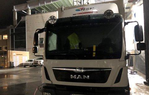 PARKERINGSBOT: Mannskapet på produksjonsbussen til NEP Group vart møtt av denne gule lappen på frontruta etter kampen mellom Sogndal og Lillestrøm onsdag kveld.