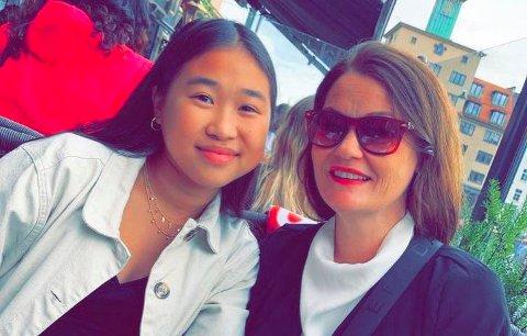 BIL FOR BUSS: Etter ulykka i 2017 er Leah (16) og mor Linda Sinclair Aukland glade for at handballgruppa no kan nytte buss til utekampane i staden for bil.