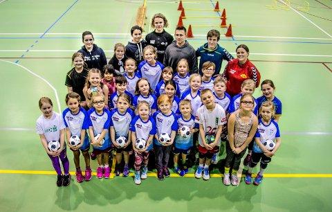 POPULÆRT: 28 håpefulle gutter og jenter deltar delle uken på RolvsøyIFs håndballskole. Foto: Geir A. Carlsson