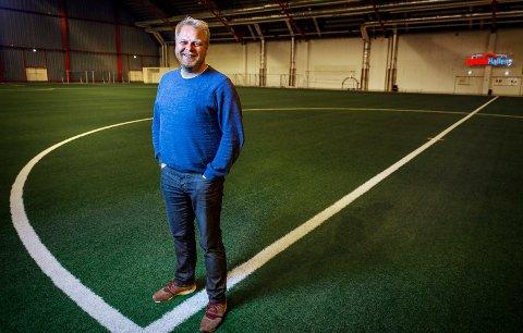 Leder i Rolvsøy IF, Fredrik Raae, bruker mye av fritiden i Østfoldhallen. - Vi venter på beskjed om videre drift av hallen, sier han.